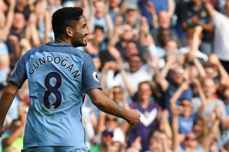 Ilkay Guendogan merayakan gol Manchester City ke gawang AFC Bournemouth pada partai Premier League di Stadion Etihad, Sabtu (17/9/2016).