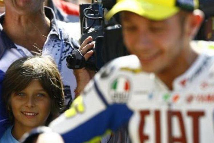 Luca Marini (kiri) bersama Valentino Rossi di GP San Marino, 2009.