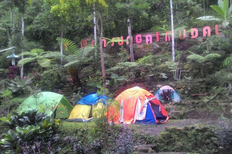 Ada camping ground untuk menikmati suasana berbeda di Taman Sungai Mudal. Jadi, main ke taman ini tidak berarti hanya menikmati air terjun dan jernihnya air kedung.