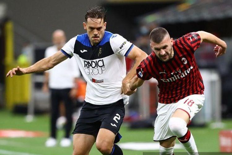 Ante Rebic (kanan) dan Rafel Toloi (kiri) berduel dalam laga AC Milan vs Atalanta di Stadion San Siro, Jumat (24/7/2020) malam waktu setempat atau Sabtu (25/7/2020) dini hari WIB.