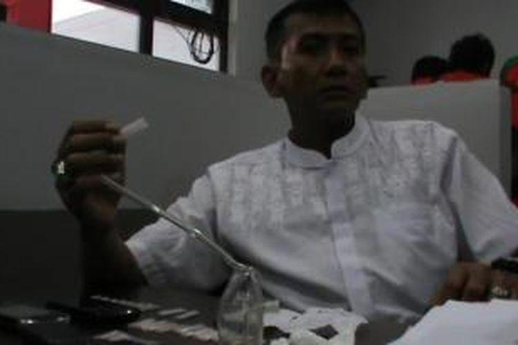 Direktur Reserse Narkoba Polda Kalteng, Kombes Koeshartono menunjukkan barang bukti sabu