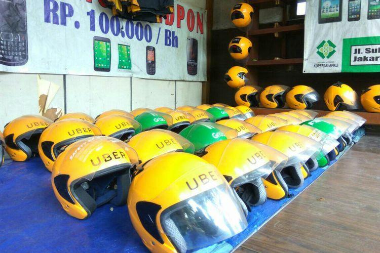 Helm ojek online dijual seharga Rp 45.000 per buah di Jalan Kawi, Jakarta Selatan, Senin (19/3/2018).