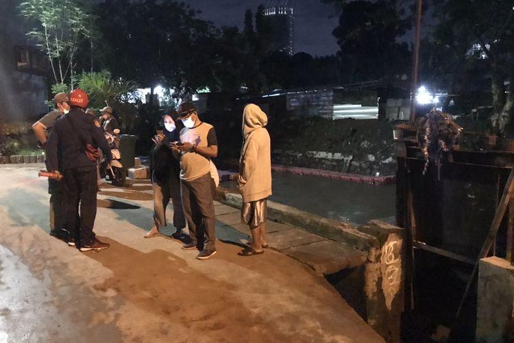 Pencarian bocah bernama Rizki Febriansyah (5) yang diduga hanyut di Kali Mampang, Mampang Prapatan, Jakarta dihentikan pada Minggu (1/11/2020) sekitar pukul 19.30 WIB.