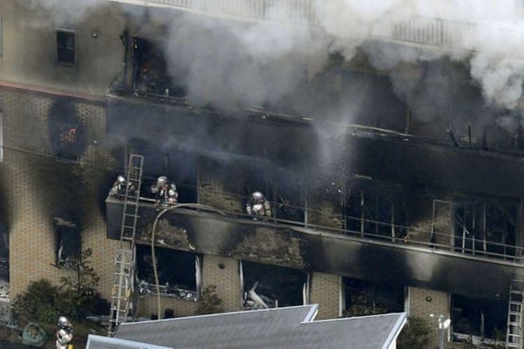 Pemadam kebakaran memadamkan api di gedung Kyoto Animation Co.