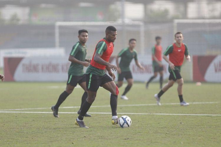 Sesi latihan Tim Nasional U-23 Indonesia di Lapangan Viettel, Hanoi, Vietnam pada Selasa (19/3/2019) sore.