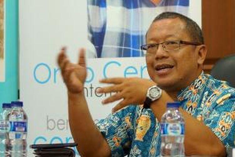 Pakar IT Onno W. Purbo saat meresmikan Onno Center dalam acara di Jakarta, Kamis (28/8/2014)