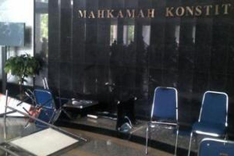 Kondisi di Aula Gedung Mahkamah Konstitusi, Kamis (14/11/2013). Tampak sejumlah kursi yang dirusak sejumlah orang. Massa dilaporkan masuk ke ruang sidang pleno usai mengamuk di aula.