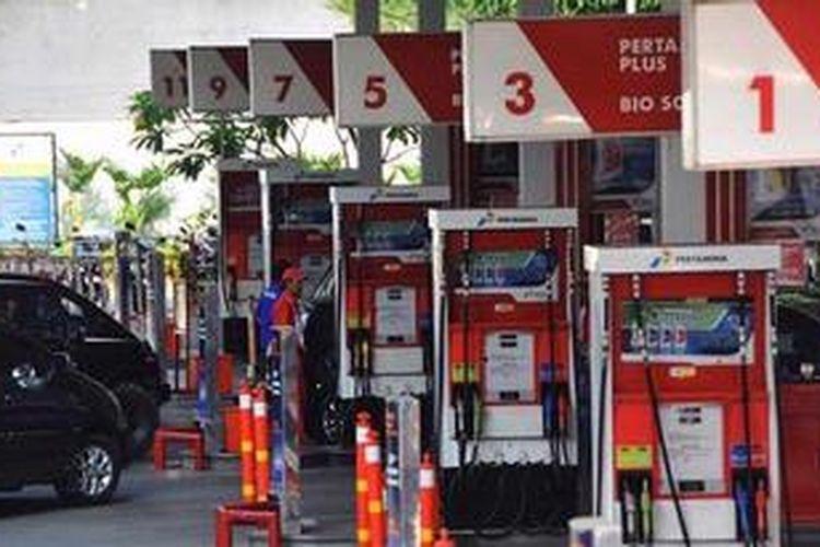 Pengendara mengisi bahan bakar untuk kendaraannya di SPBU di Kuningan, Jakarta, Minggu (21/10/2012).