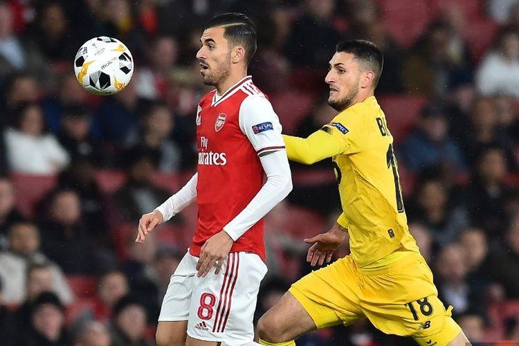 Aleksandar Boljevic mencoba mengejar Dani Ceballos pada pertandingan Arsenal vs Standard Liege dalam lanjutan Liga Europa di Stadion Emirates, 3 Oktober 2019.