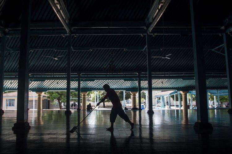 Petugas kebersihan membersihkan lantai masjid saat kegiatan bersih-bersih di Masjid Agung Keraton Kasunanan, Solo, Jawa Tengah, Senin (12/4/2021). Kegiatan tersebut dilakukan untuk memberikan rasa nyaman umat Islam dalam menjalankan ibadah di bulan Ramadhan. ANTARA FOTO/Mohammad Ayudha/wsj.