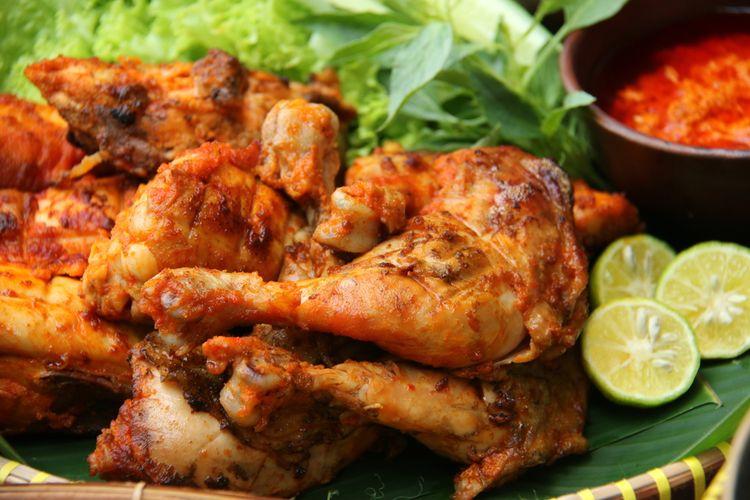 Ilustrasi ayam bakar yang disajikan dengan sambal dan lalapan.