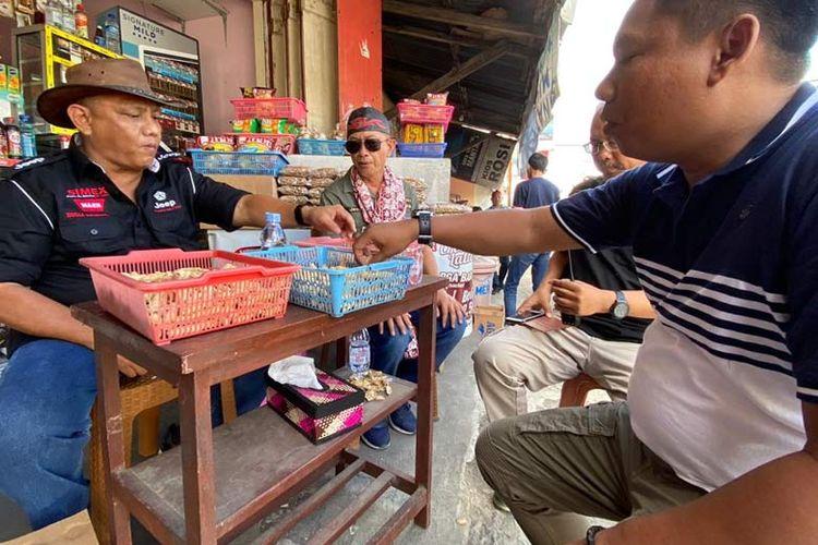 Rusli Habibie menceritakan penjelajahannya mengelilingi Sulawesi kepada warga setempat.