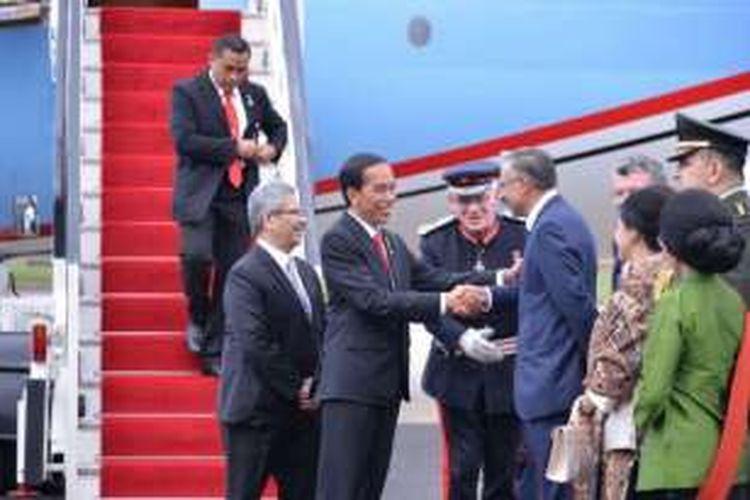 Presiden Joko Widodo (Jokowi) beserta rombongan tiba di London, Inggris, Senin (18/4/2016) waktu setempat. Di sana, Presiden akan bertemu dengan Perdana Menteri David Cameron.