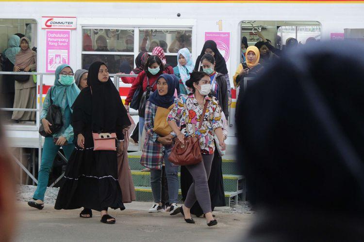 Penumpang KRL turun dari rangkaian kereta dan berjalan menuju pintu keluar di Stasiun Manggarai, Jakarta Selata, Selasa (3/12/2019). PT. Kereta Commuter Indonesia (KCI) melakukan perubahan jadwal kereta yang berdampak pada lonjakan penumpang di sejumlah stasiun.