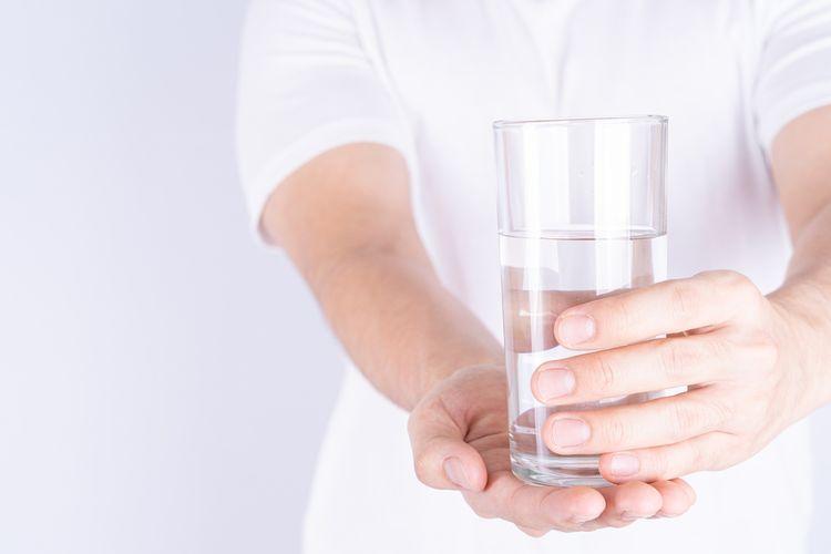 Ilustrasi minum air putih, terlalu banyak minum air putih, bahaya terlalu banyak minum air putih