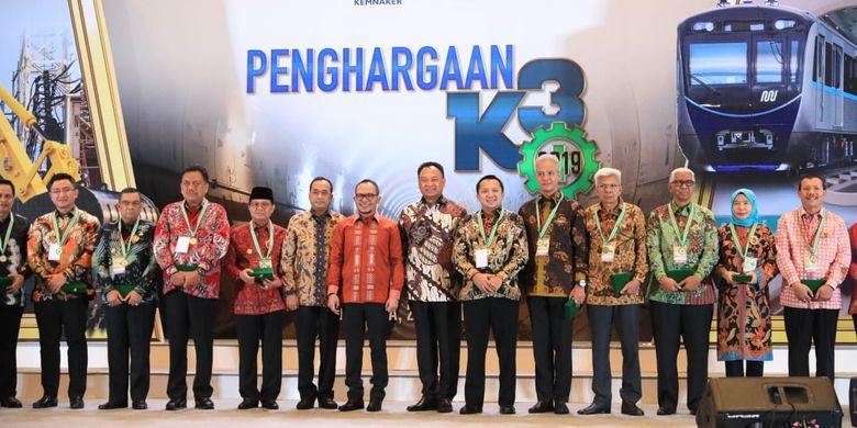 Para penerima penghargaan K3 berfoto bersama Menteri Ketenagakerjaan M. Hanif Dhakiri di Ruang Birawa Hotel Bidakara, Jakarta Selatan, Senin (22/4/2019) malam.