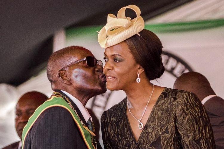Dalam foto yang diambil pada April 2017, terlihat Presiden Zimbabwe Robert Mugabe mencium istrinya Grace saat keduanya hadir dalam peringatan kemerdekaan Zimbabwe yang ke-37.
