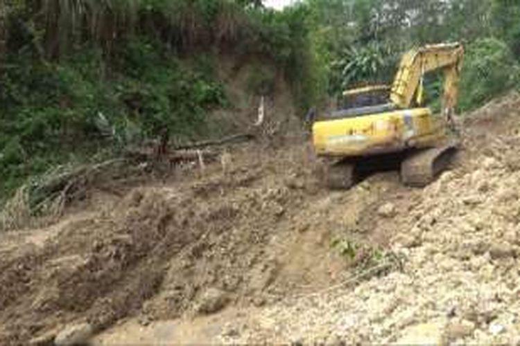 Proses pembersihan material longsor di Jalur Lintas Selatan Pacitan Jawa timur, masih terus dilakukan dengan menggunakan alat berat (19/09/2016).
