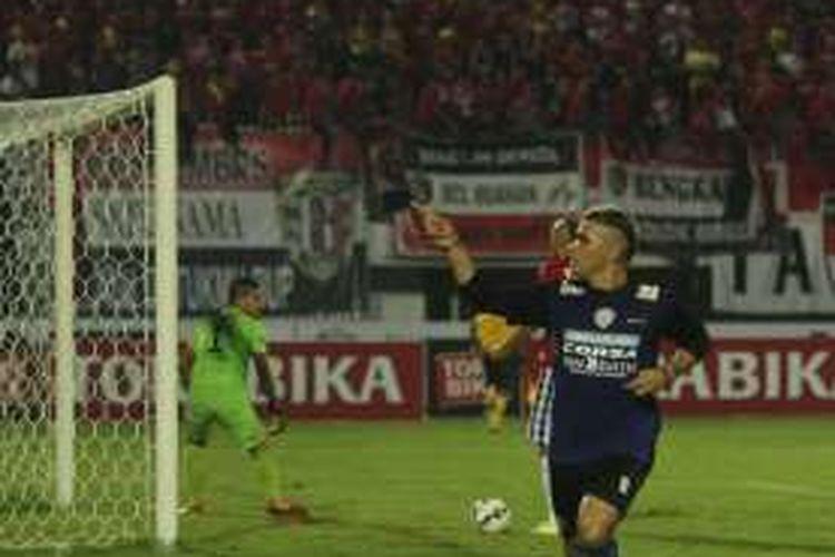 Penyerang Arema Cronus, Cristian Gonzales, melakukan selebrasi usai membobol gawang Bali United, pada laga penyisihan Grup B Piala Bhayangkara 2016 di Stadion Kapten I Wayan Dipta, Gianyar, Bali, Sabtu (19/3/2016).