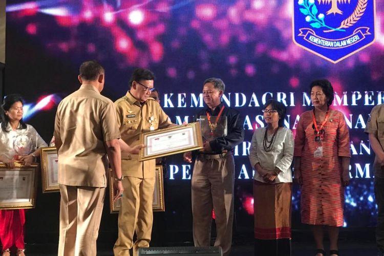 Menteri Dalam Negeri Tjahjo Kumolo memberi penghargaan kepada beberapa ormas dalam acara Anugerah Ormas Award Tahun 2018, di Hotel Redtop, Gambir, Jakarta Pusat, Selasa (6/11/2018).