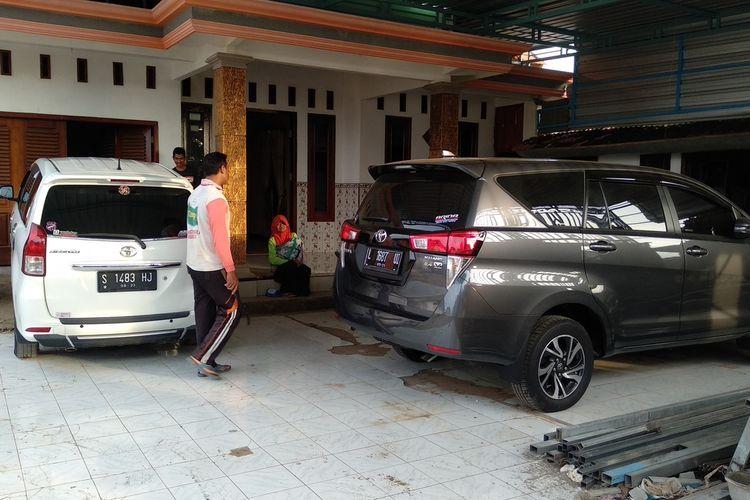 Mulyadi, seorang warga Desa Sumurgeneng, Kecamatan Jenu, Kabupaten Tuban, Jawa timur, menunjukkan koleksi mobil yang barusan dibeli usai menerima uang pembebasan lahan dari proyek pembangunan kilang minyak di Tuban. Selasa (16/2/2021)