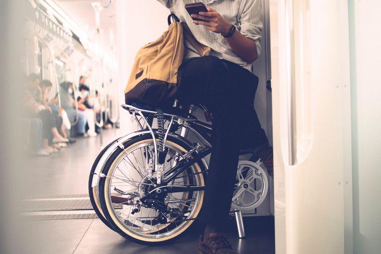 Ilustrasi pengguna sepeda urban saat mengombinasikan transportasi dengan MRT.