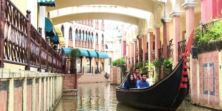 Wahana perahu gondola mempercantik kawasan Little Venice, dibuat semirip mungkin dengan Venesia.