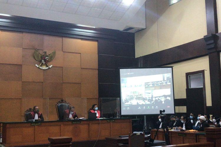 Suasana persidangan kasus swab test di RS Ummi dengan agenda pembacaan dakwaan kepada Rizieq Shihab di Pengadilan Negeri Jakarta Timur, Cakung, Jakarta Timur pada Selasa (16/3/2021).