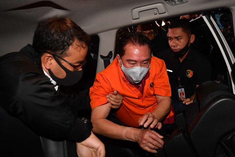 Petugas kepolisian membawa buronan kasus korupsi pengalihan hak tagih (cessie) Bank Bali Djoko Tjandra (tengah) yang ditangkap di Malaysia menuju Bareskrim Polri setibanya di Bandara Halim Perdanakusuma Jakarta, Kamis (30/7/2020). .