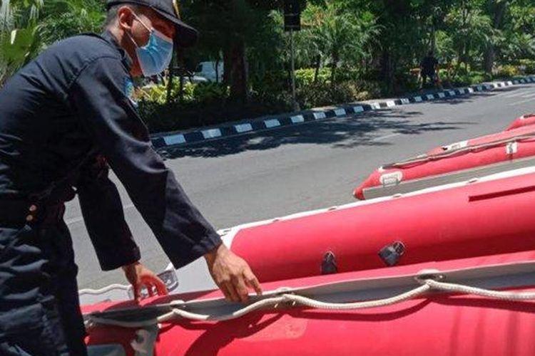 Petugas BPB Linmas Surabaya saat mengecek perahu karet, Kamis (1/10/2020).