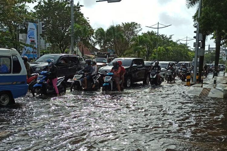 Motor terobos banjir
