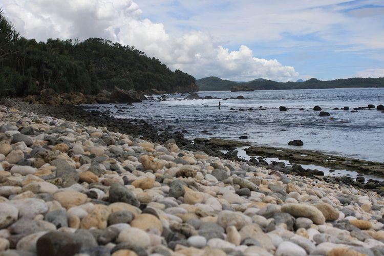 Pantai Pidakan, Kabupaten Pacitan, Jawa Timur dengan bebatuan khasnya.