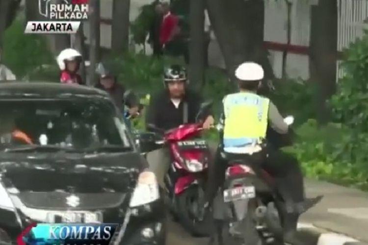 Bripka Adi Sutiadi, anggota Satlantas Jakarta Pusat, menangkap seorang pengedara sepeda motor yang lawan arah demi menghindari operasi polisi di Jalan Letjen Suprapto, Jakarta Pusat, Jumat (3/11/2017).