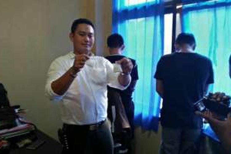 Kasat Narkoba Polres Maros, AKP Hendra Suyatno gelar 2 anggota Polda Papua yang nyambi jadi kurir narkoba, Rabu (11/1/2017).
