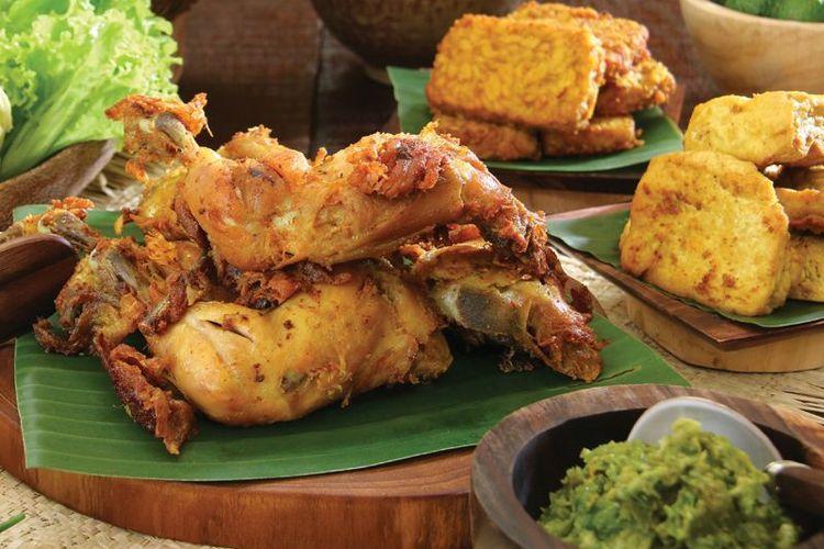 Ayam penyet cabe ijo di Kedai Oma Evie, Pademangan, Jakarta.