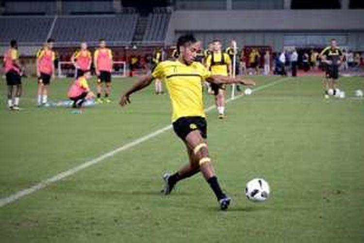 Striker Borussia Dortmund, Pierre Emerick Aubameyang, saat berlatih di Stadion Shanghai jelang laga versus Manchester United, Kamis (21/7/2016).
