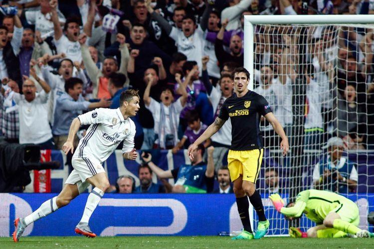 Antoine Griezmann membela Atletico Madrid saat melawan Real Madrid pada partai pertama semifinal Liga Champions di Stadion Santiago Bernabeu, Selasa (2/5/2017).