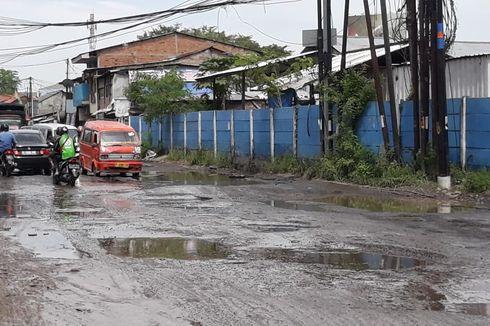 Berlubang hingga Ditanami Pohon Pisang, Jalan di Pondok Ungu Ditambal Sementara