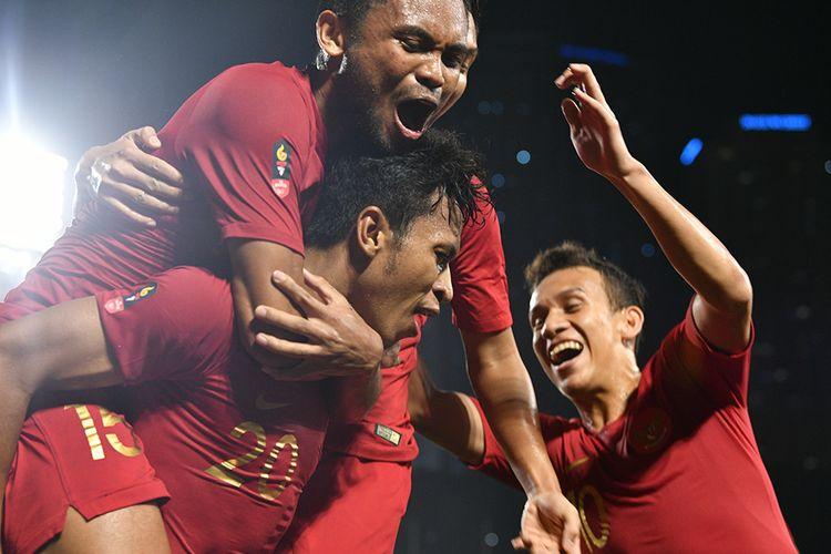 Pemain Timnas U-22 Indonesia Osvaldo Haay (bawah) merayakan gol bersama rekannya dalam pertandingan Grup B SEA Games 2019 di Stadion Rizal Memorial, Manila, Filipina, Kamis (28/11/2019). Indonesia mengalahkan Singapura dengan skor 2-0.
