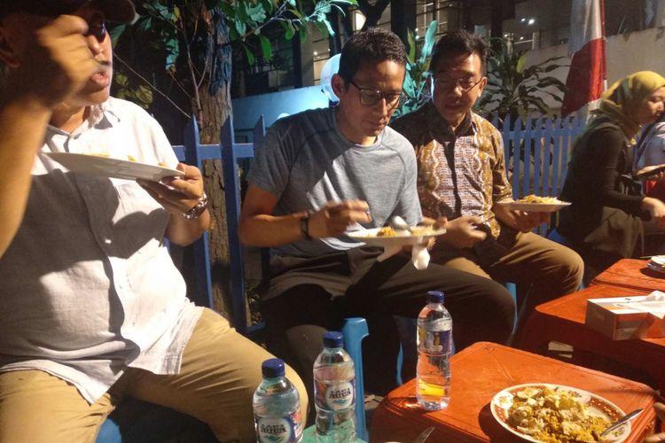 Sandiaga Uno makan di Nasi Goreng Kambing Kebon Sirih, Senin (13/8/2018).