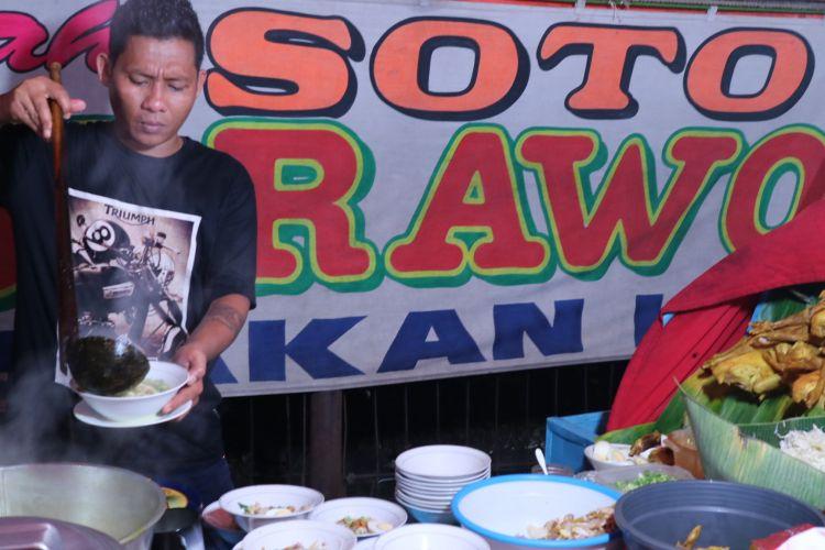 Arief, sedang menuang kuah Soto Lamongan racikannya di warung tenda Soto Lamongan Goyang Lidah, Kamis (1/5/2017). Soto Lamongannya ini buka setiap hari mulai pukul 17.00-23.00 di Jalan Jendral Sudirman, Bogor.