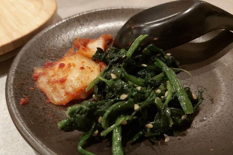 Kimchi dan bayam ala Jepang yang menjadi side dish.