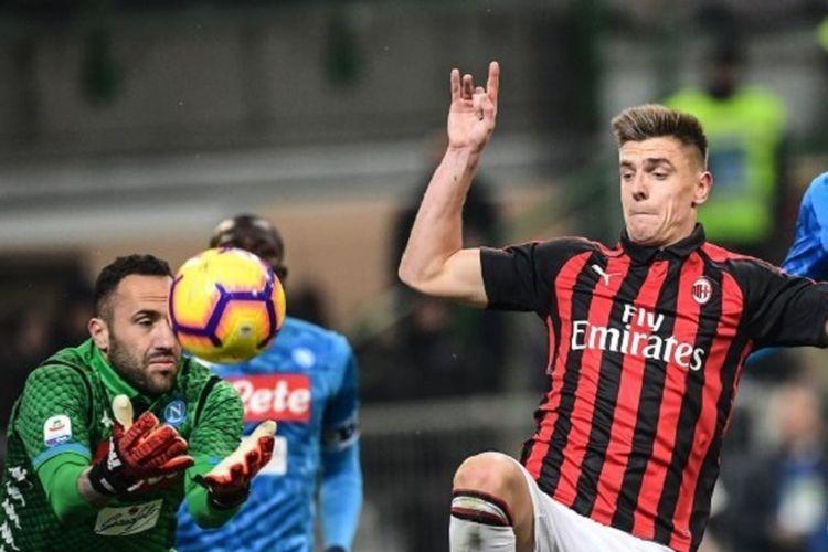 David Ospina berhasil mengamankan gawangnya dari usaha Krzysztof Piatek pada pertandingan Napoli vs AC Milan di Stadion San Paolo dalam lanjutan Serie A Liga Italia, 26 Januari 2019.