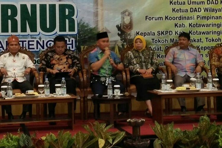 Gubernur Kalimantan Tengah, Sugianto Sabran (berpeci), saat berbicara dalam silaturahmi dengan bupati dan masyarakat wilayah barat Kalimantan Tengah, di Pangkalan Bun, Senin (18/9/2017) malam