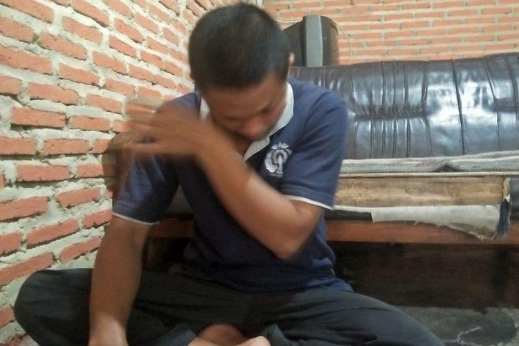 Mujiono (40) ayah korban yang dilempar batu oleh pelaku di rumahnya di Kelurahan Gedawang, Banyumanik.