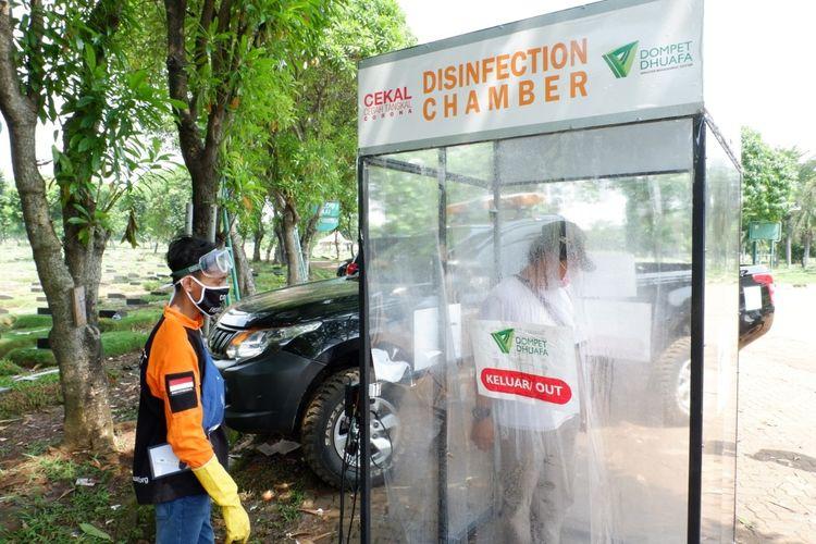 Dompet Dhuafa menyampaikan amanah donatur dengan memasang disinfection chamber sebagai upaya mencegah dan menangkal corona, di TPU Pondok Ranggon.
