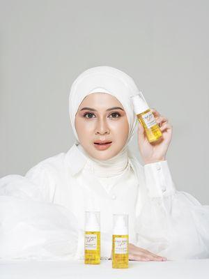 Kesha Ratuliu memperkenalkan produk Saffreskin Multipurpose Facemist.