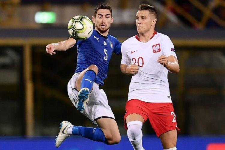 Jorginho berebut bola dengan Piotr Zielinski pada pertandingan Grup 3 Liga A UEFA Nations League di Bologna, 7 September 2018.