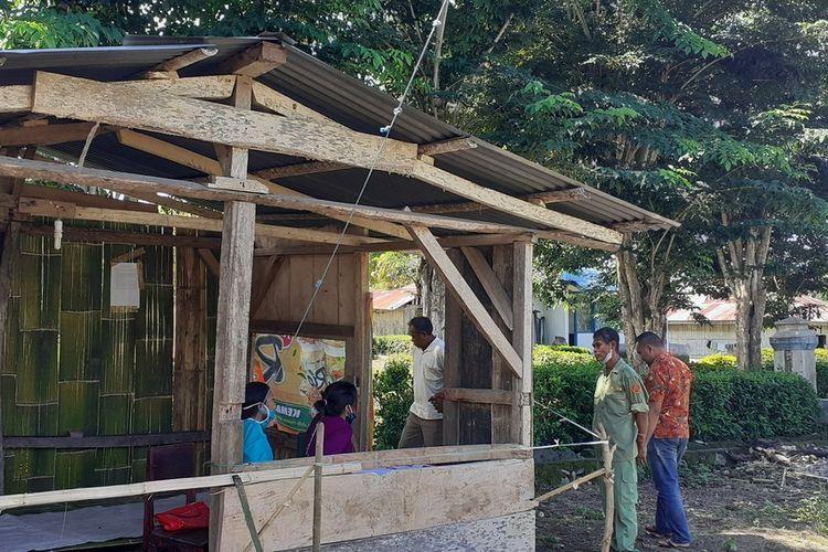 Posko Covid19 dibangun di sejumlah Desa di Kabupaten Manggarai Timur, NTT seperti Posko Desa Lembur, Kecamatan Kota Komba, Kabupaten Manggarai Timur, NTT, Senin, (13/4/2020). Posko Desa Lembur sebagai pintu masuk ke Desa Pong Ruan. (KOMPAS.com/MARKUS MAKUR)