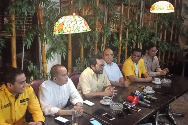 Politisi senior Partai Golkar, Yorrys Raweyai (kemeja kuning muda, paling tengah) saat konferensi pers di restoran Batik Kuring SCBD, Jakarta Selatan, Minggu (7/7/2019).